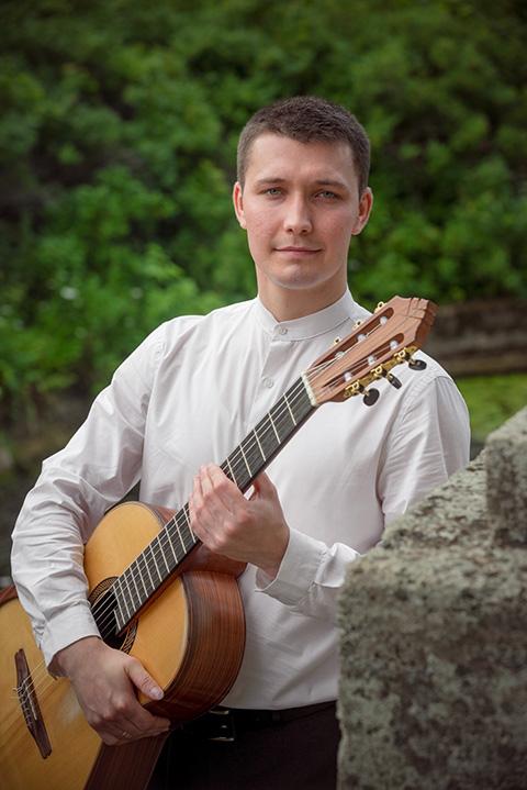 от 4 лет укулеле и с 5 лет гитара